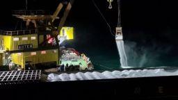 Торовете от заседналия кораб се изсипват в морето при разтоварването (видео)