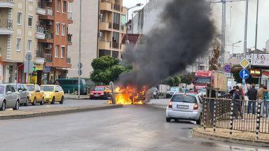 """Кола избухна в пламъци насред пътя в столичния квартал """"Надежда"""" (видео)"""
