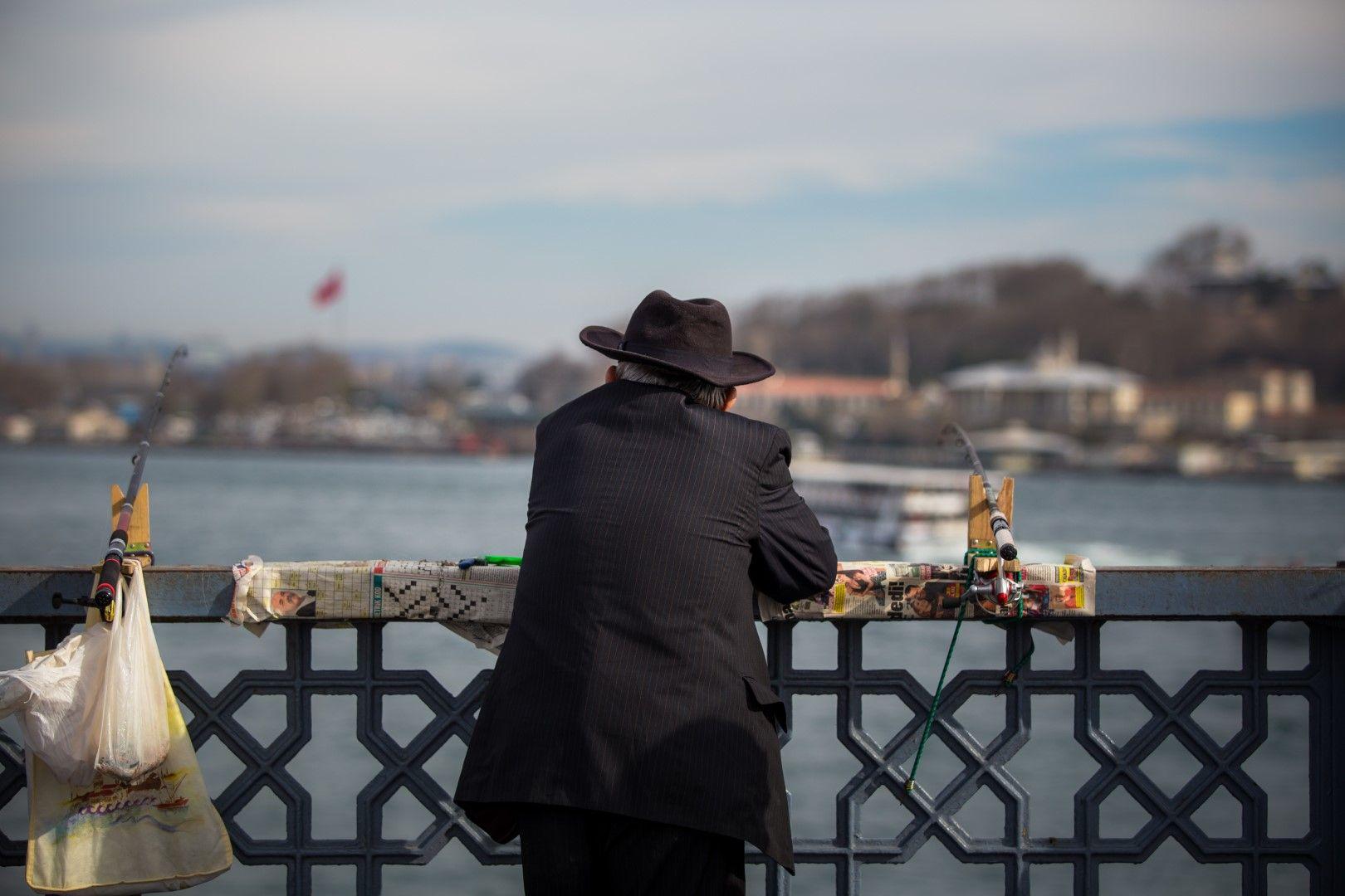 Рибар на брега на Босфора
