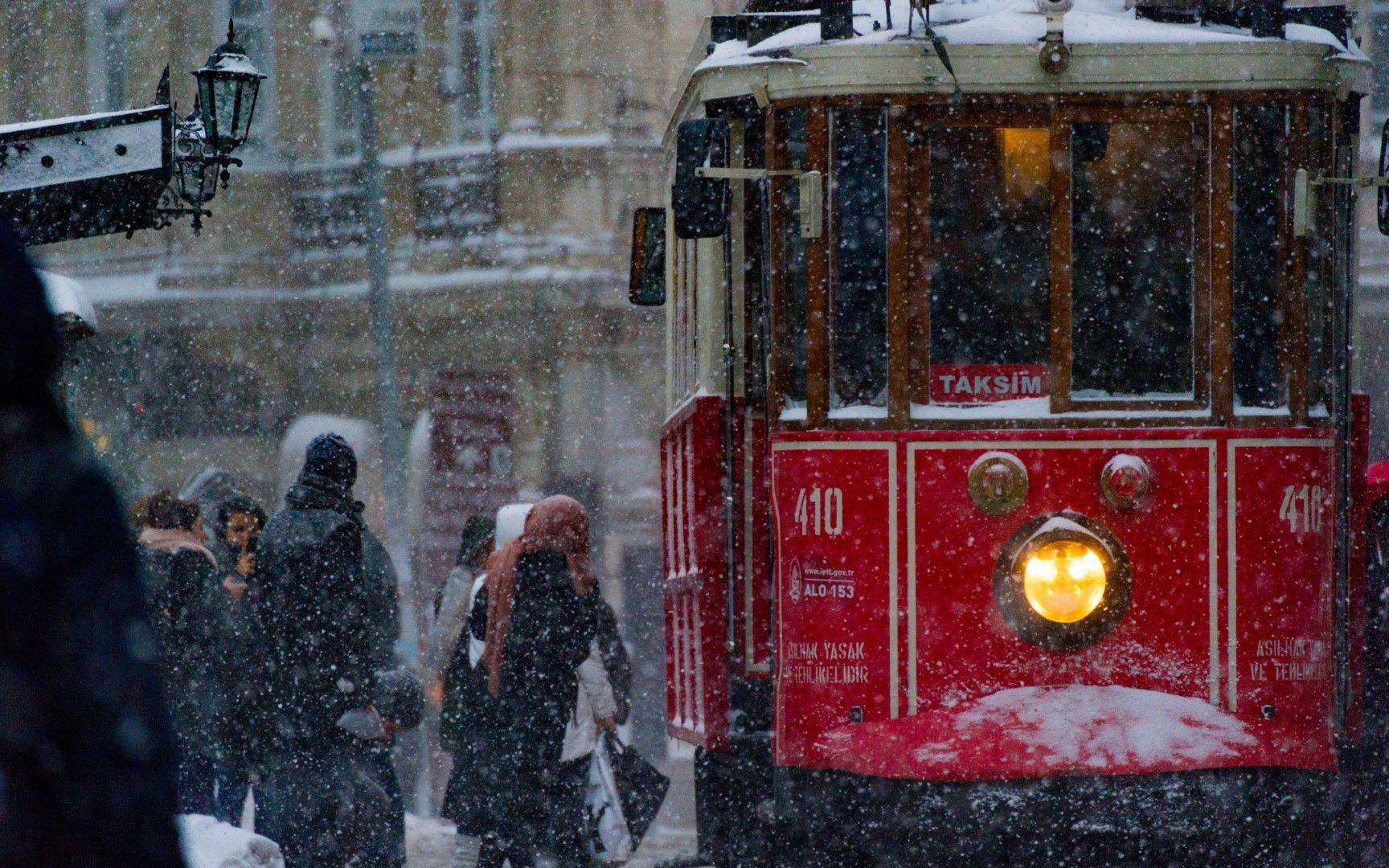 """Историческият трамвай по улица """"Истиклял"""" в снежно утро"""