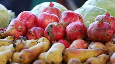 Плодовете и зеленчуците натиснаха цените на храните по стоковите тържища