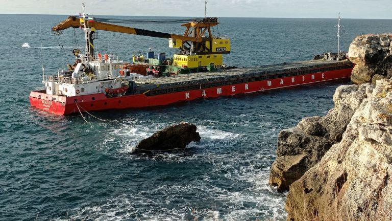Екоминистърът спря разтоварването на заседналия кораб, методът не бил одобрен (снимки)