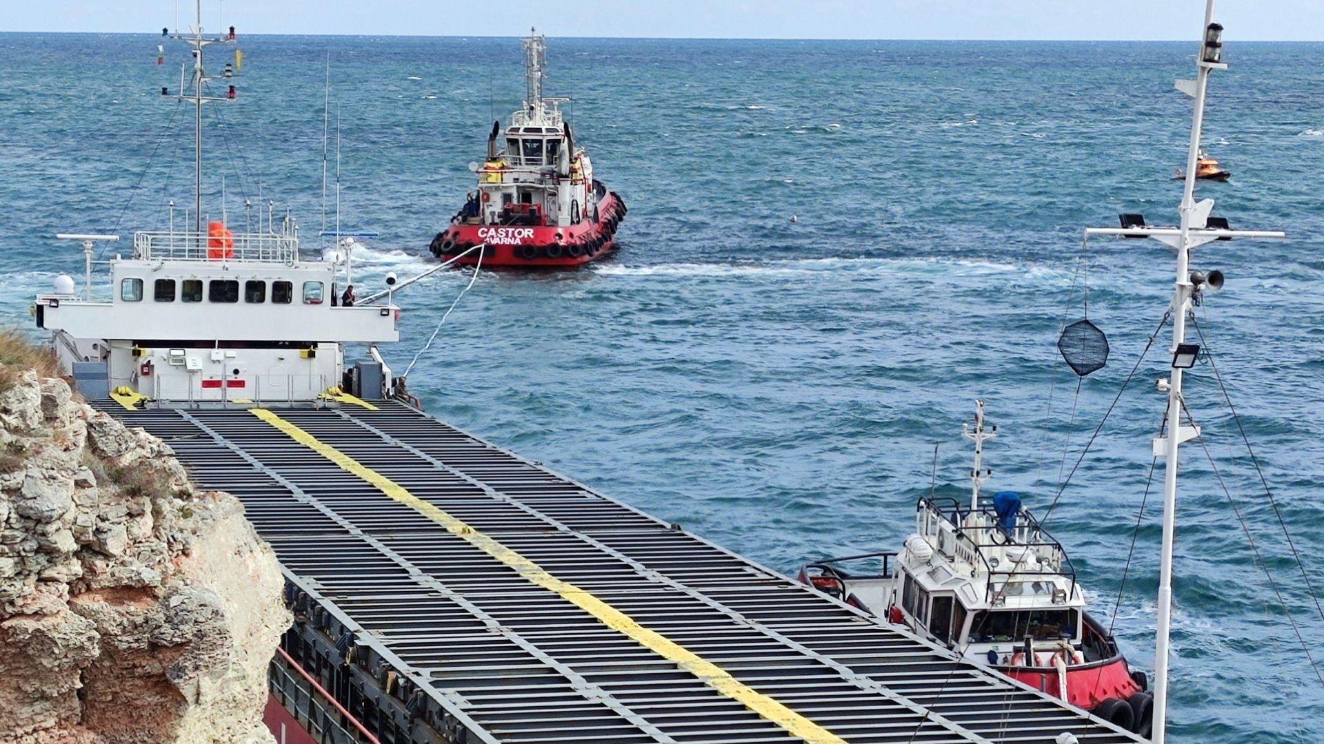 Подготвят нова операция за прехвърлянето на товара от кораба, този път с малки кранове