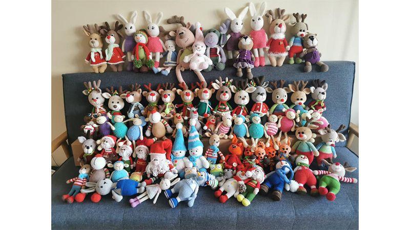 Диванчетата на плетачките никога не стигат, за да съберат всички техни чудни играчки, изплетени за различни благотворителни базари.