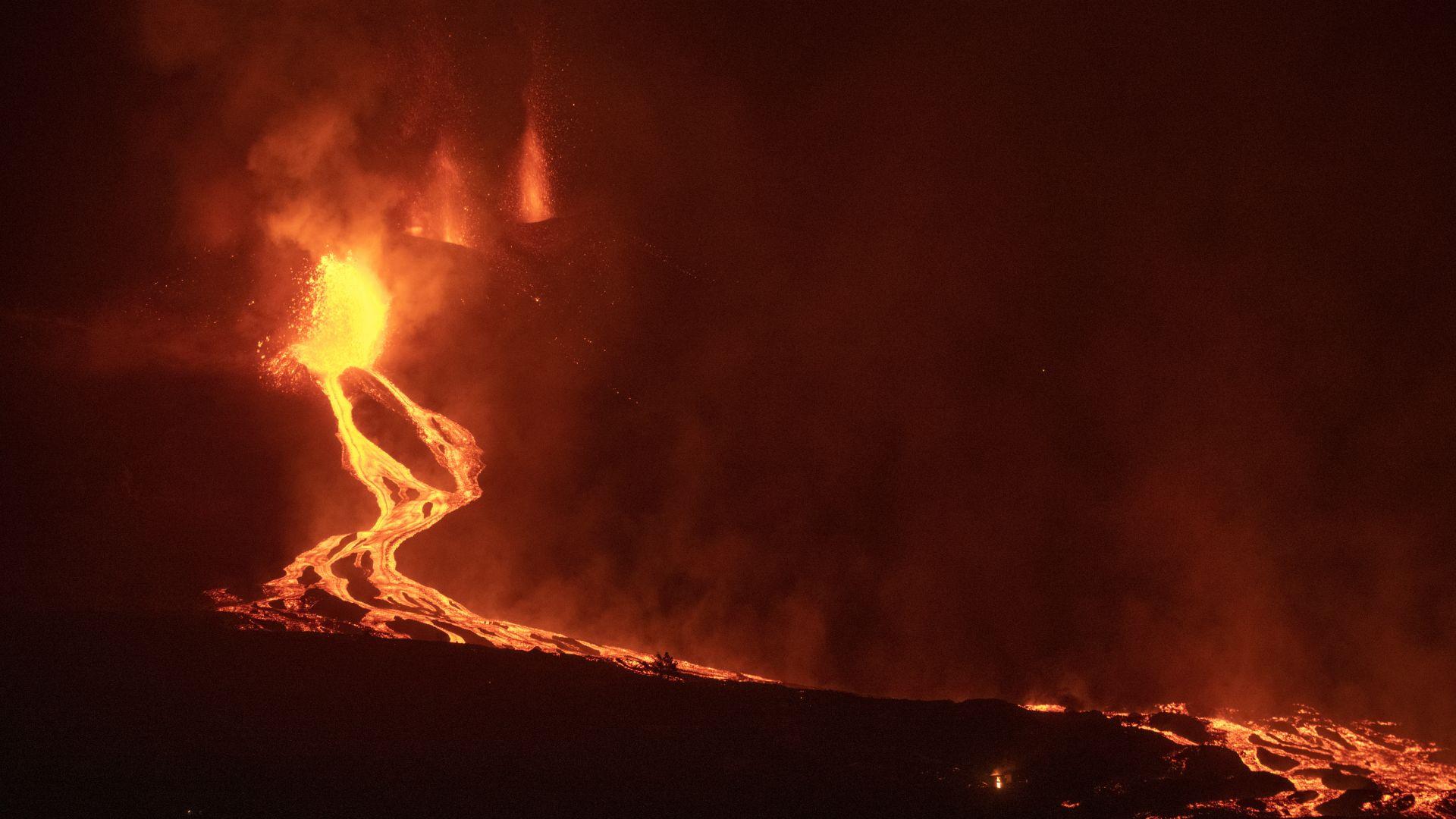 Лавата от изригналия на Ла Палма вулкан достигна зрелищно океана (снимки/видео)