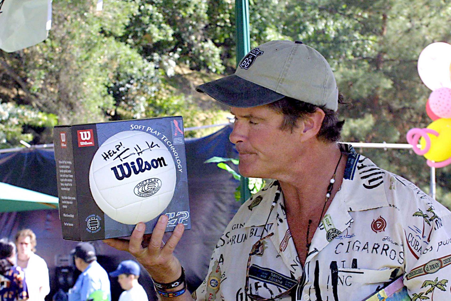 Актьорът Дейвид Хаселхоф с волейболна топка Wilson, подписана от Том Ханкс на търг през 2001 г. в Калифорния