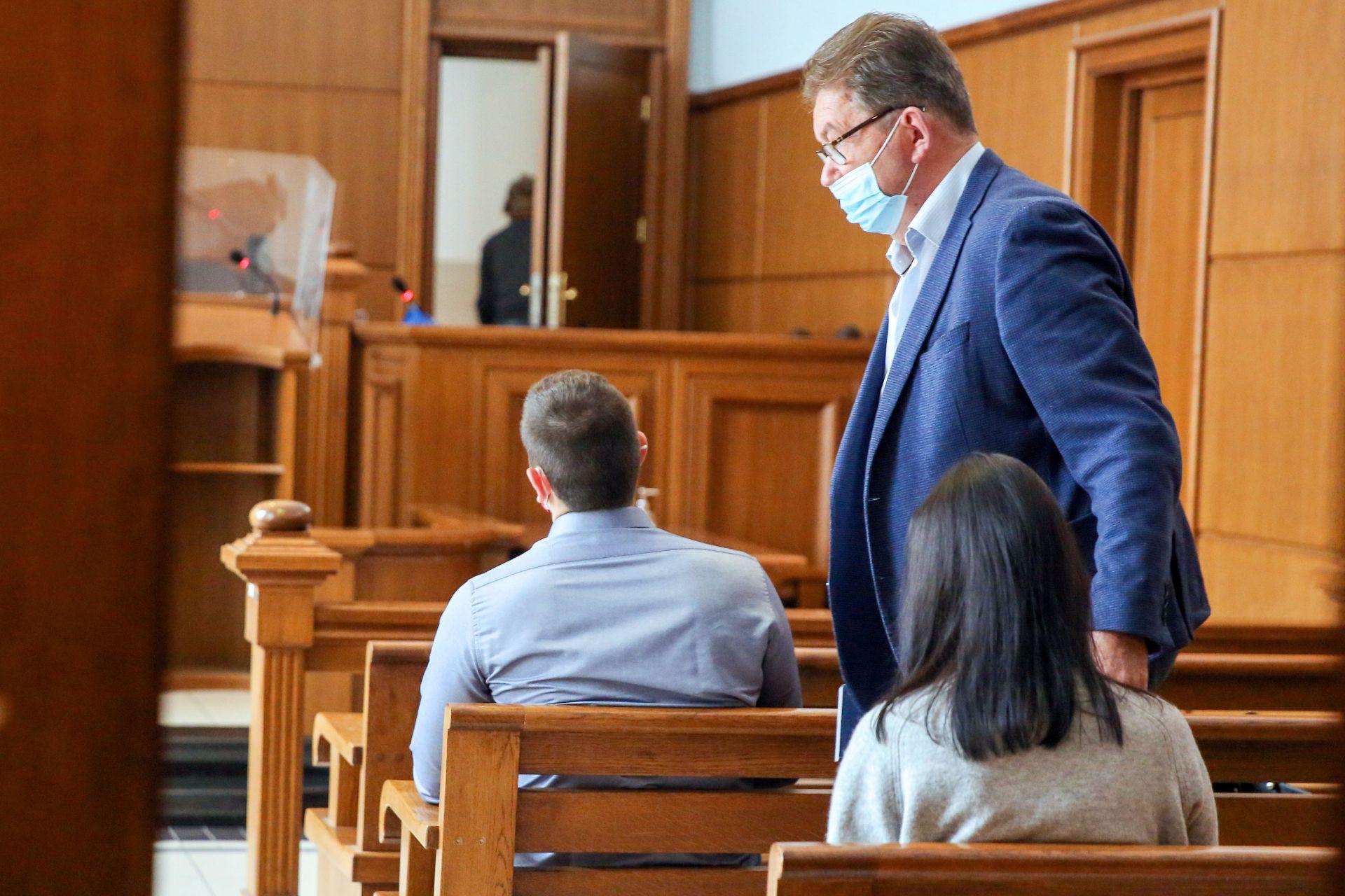 Подсъдимият с адвокат Симеонов в съдебната зала