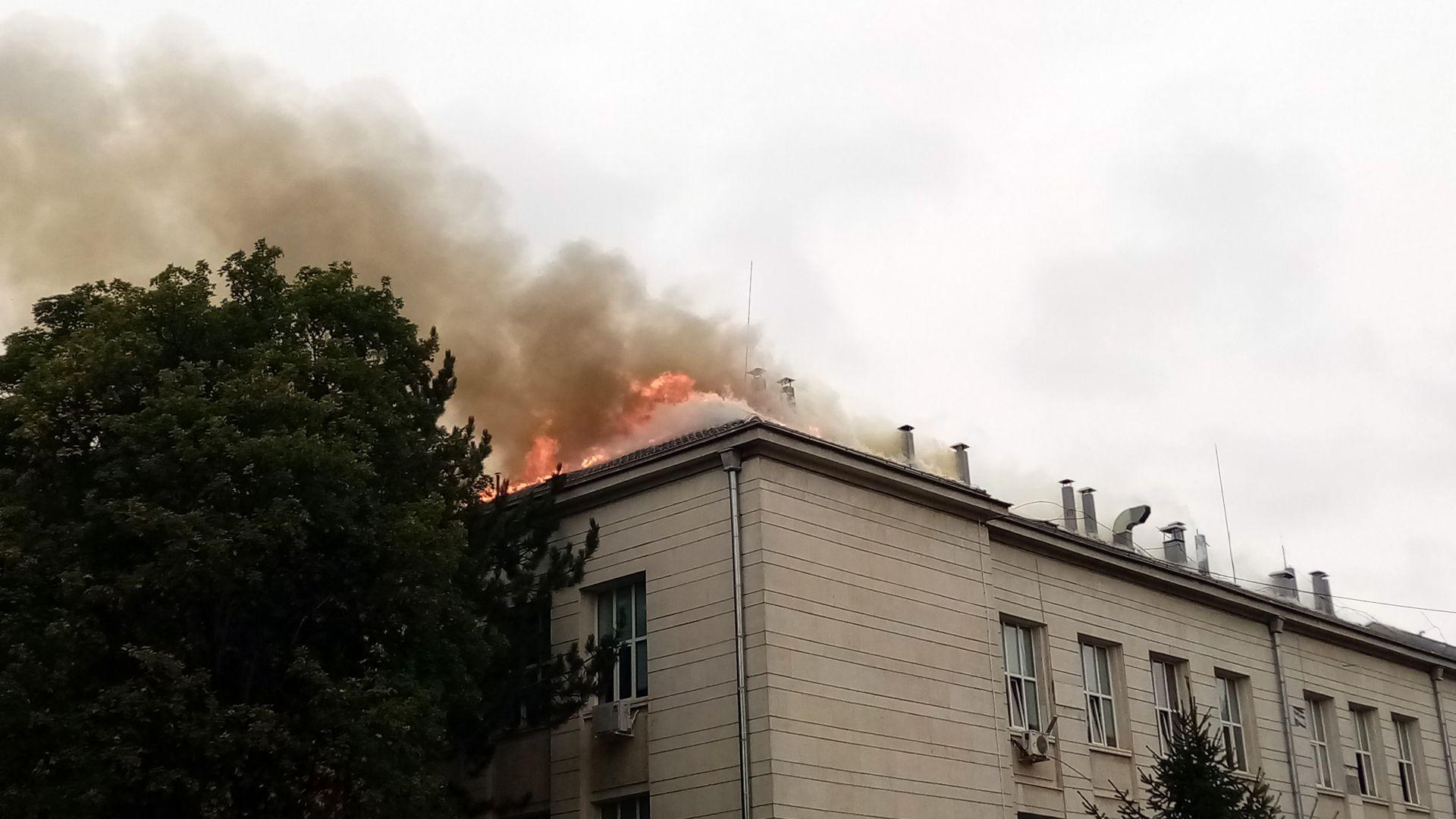 Пожар изпепели покрива на Медицинския университет в Плевен (снимки и видео)