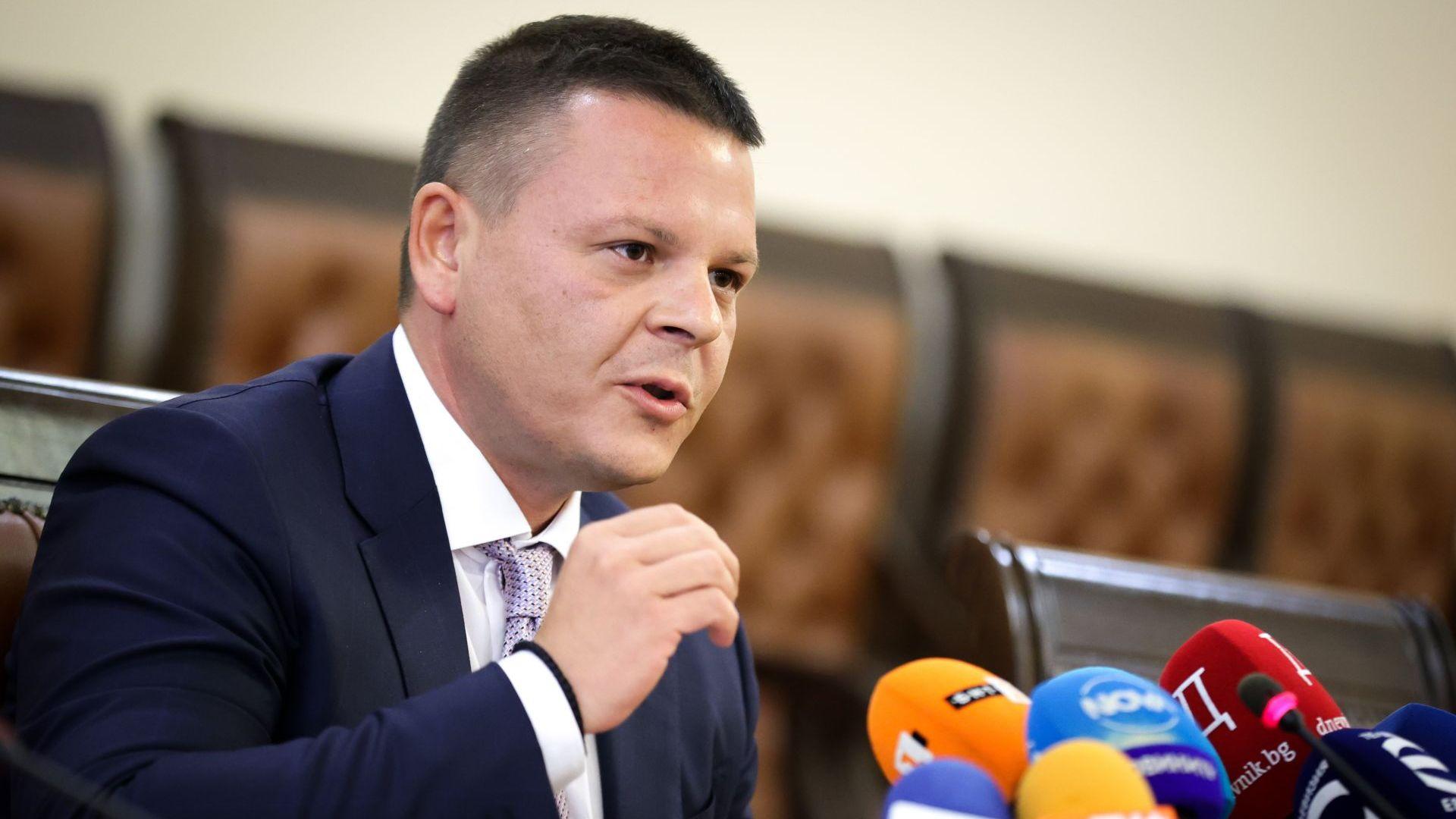 """Заради заседналия кораб транспортният министър уволни шефа на """"Морска администрация"""""""