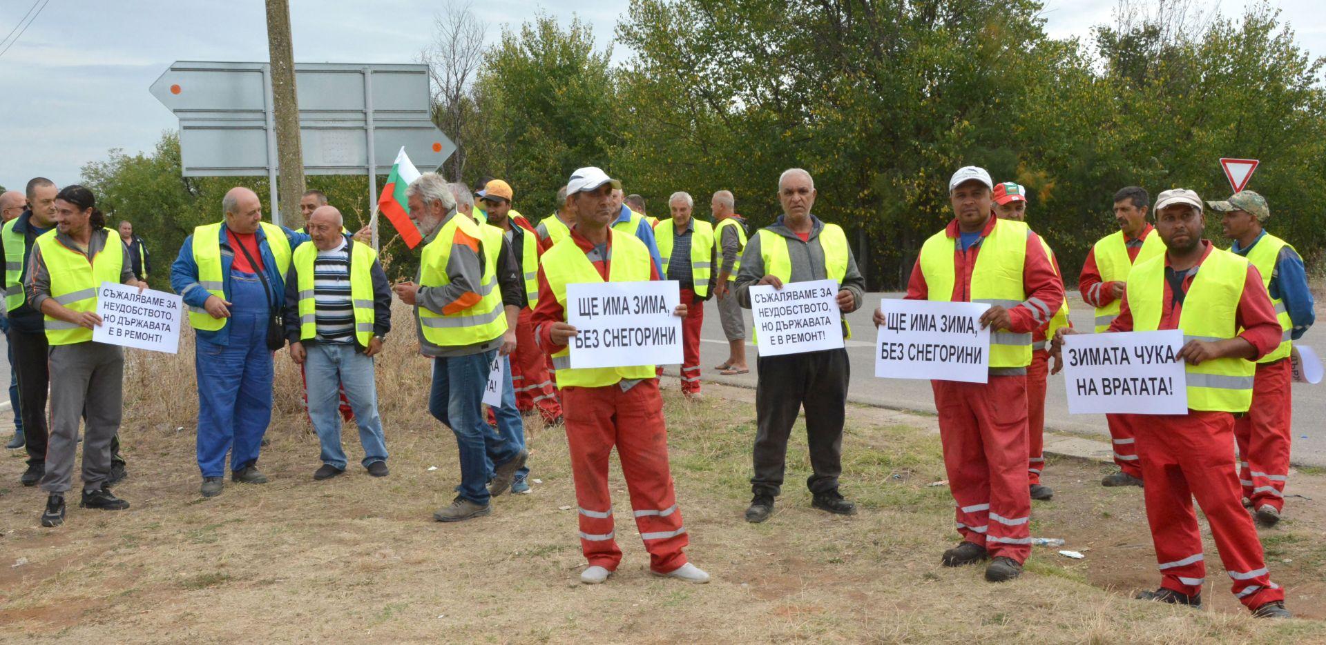 """Пътно-строителни фирми от Хасковска област се включиха в националния протест на бранша, като излязоха с камионите си на пътен възел Димитровград, на автомагистрала """"Марица""""."""