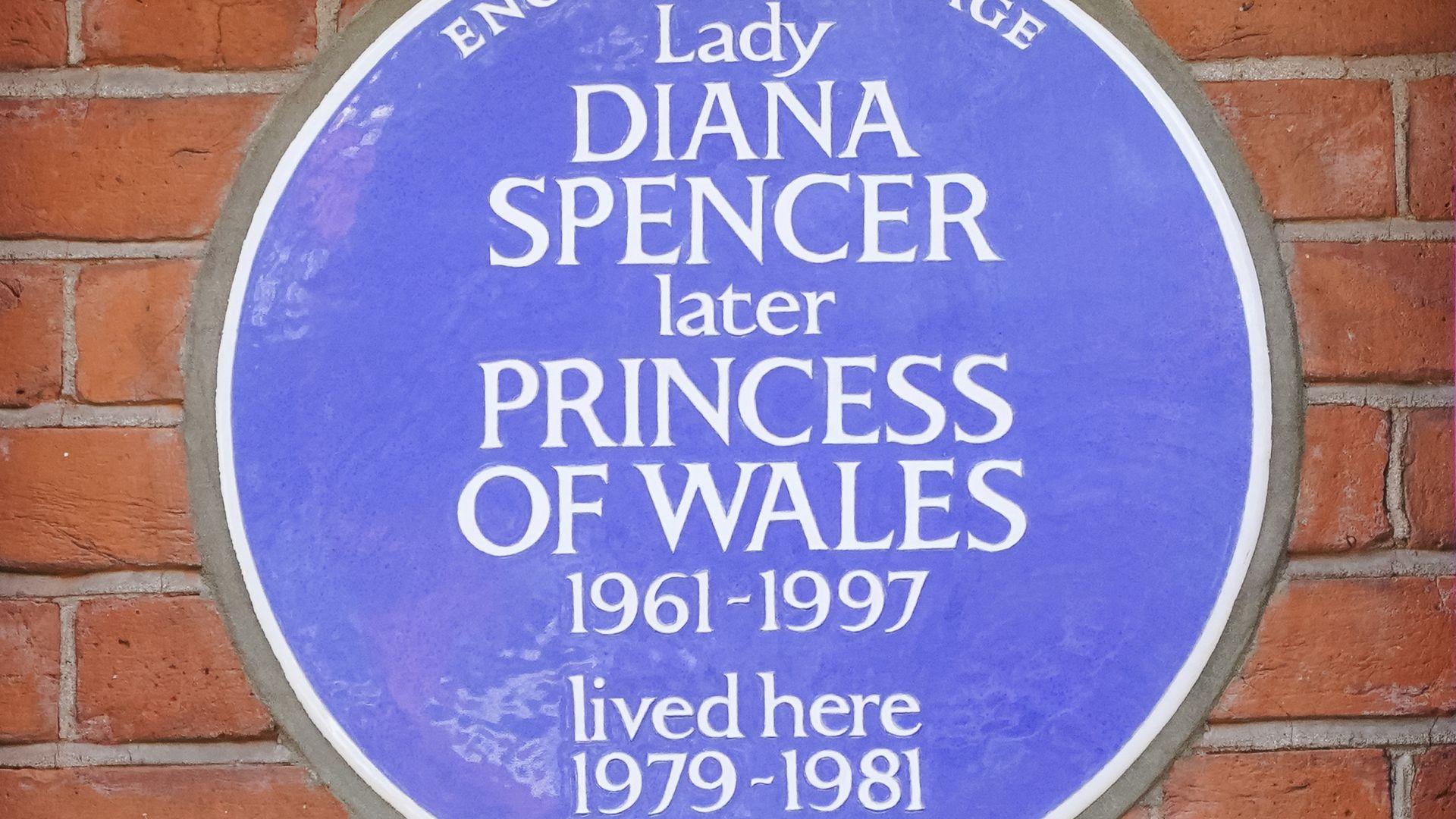 Лондон постави паметна плоча пред моминския дом на Даяна (видео)