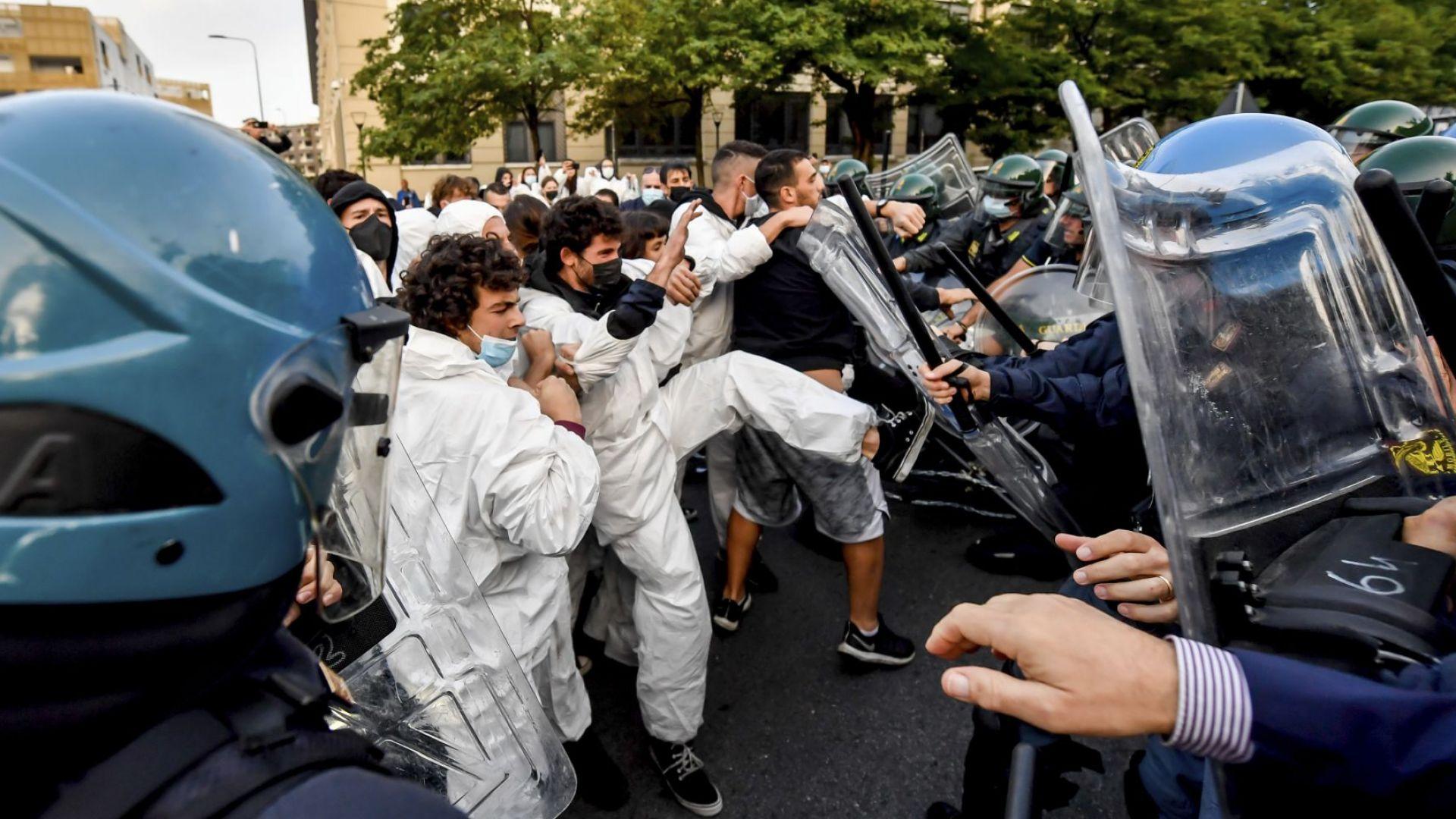 Екоактивисти влязоха в сблъсъци с полицията в Милано (снимки)