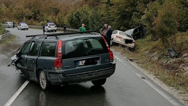 Сблъсък на 3 коли блокира пътя Бургас-Малко Търново, има ранени (снимки)