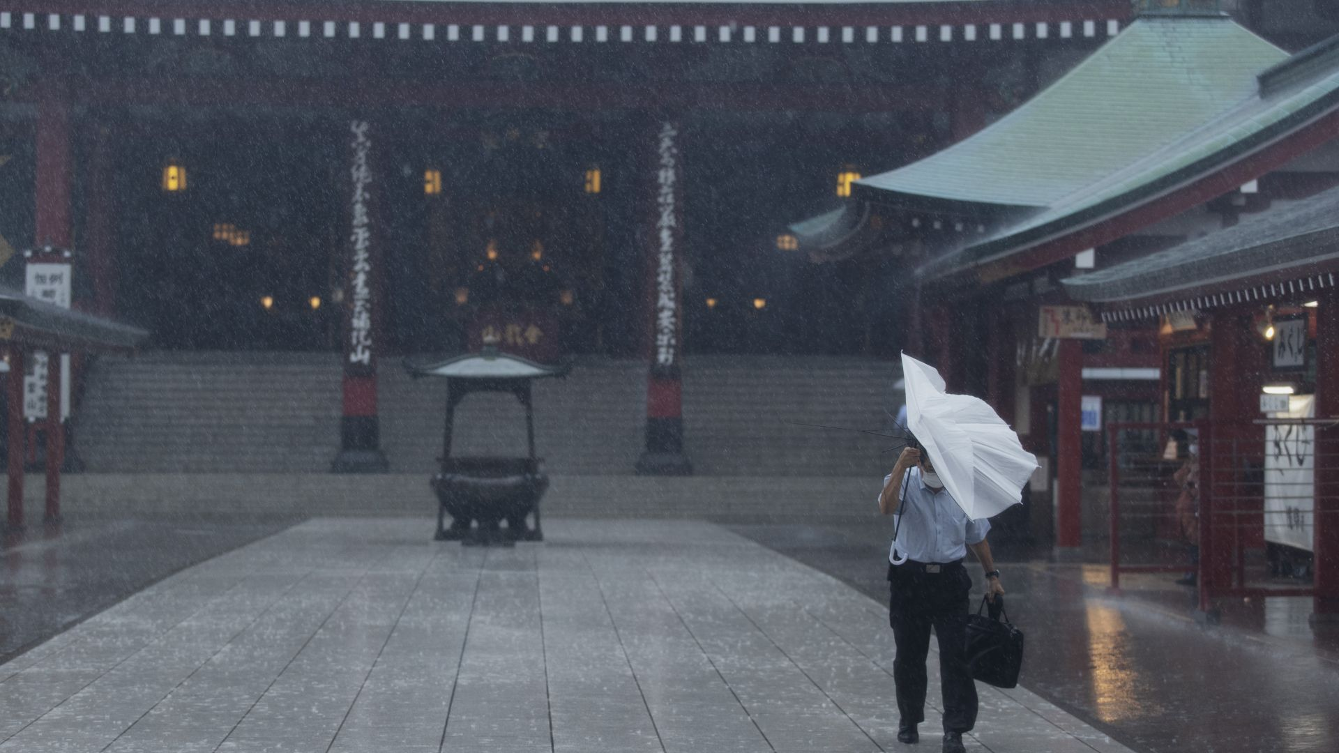 Мощен тайфун връхлетя Токио, отменени са полети и пътувания с влак (снимки/видео)