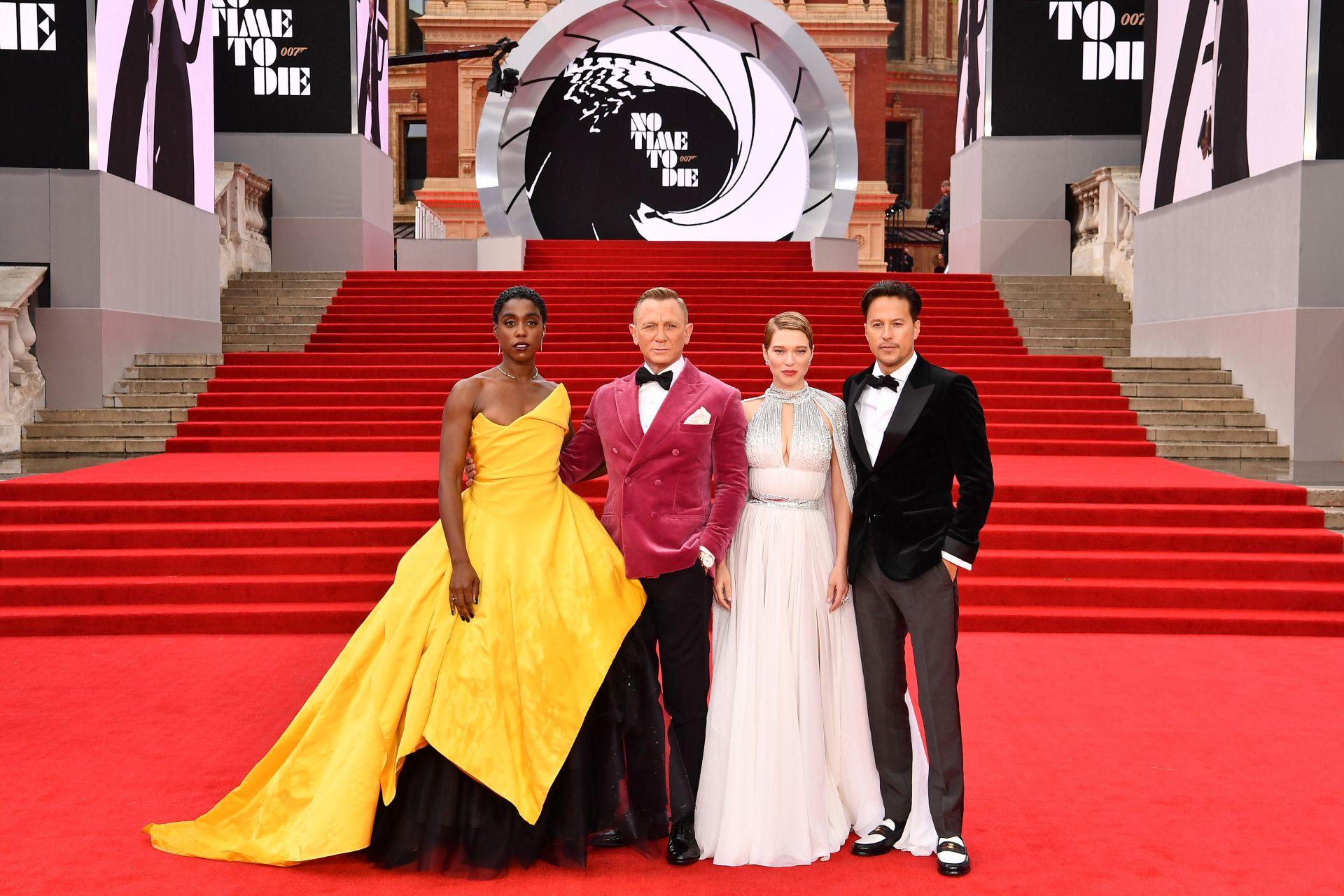 """Кари Фокунага с актьорите от """"Смъртта може да почака"""" на премиерата на филма на 28 септември 2021 в Роял Албърт Холл"""