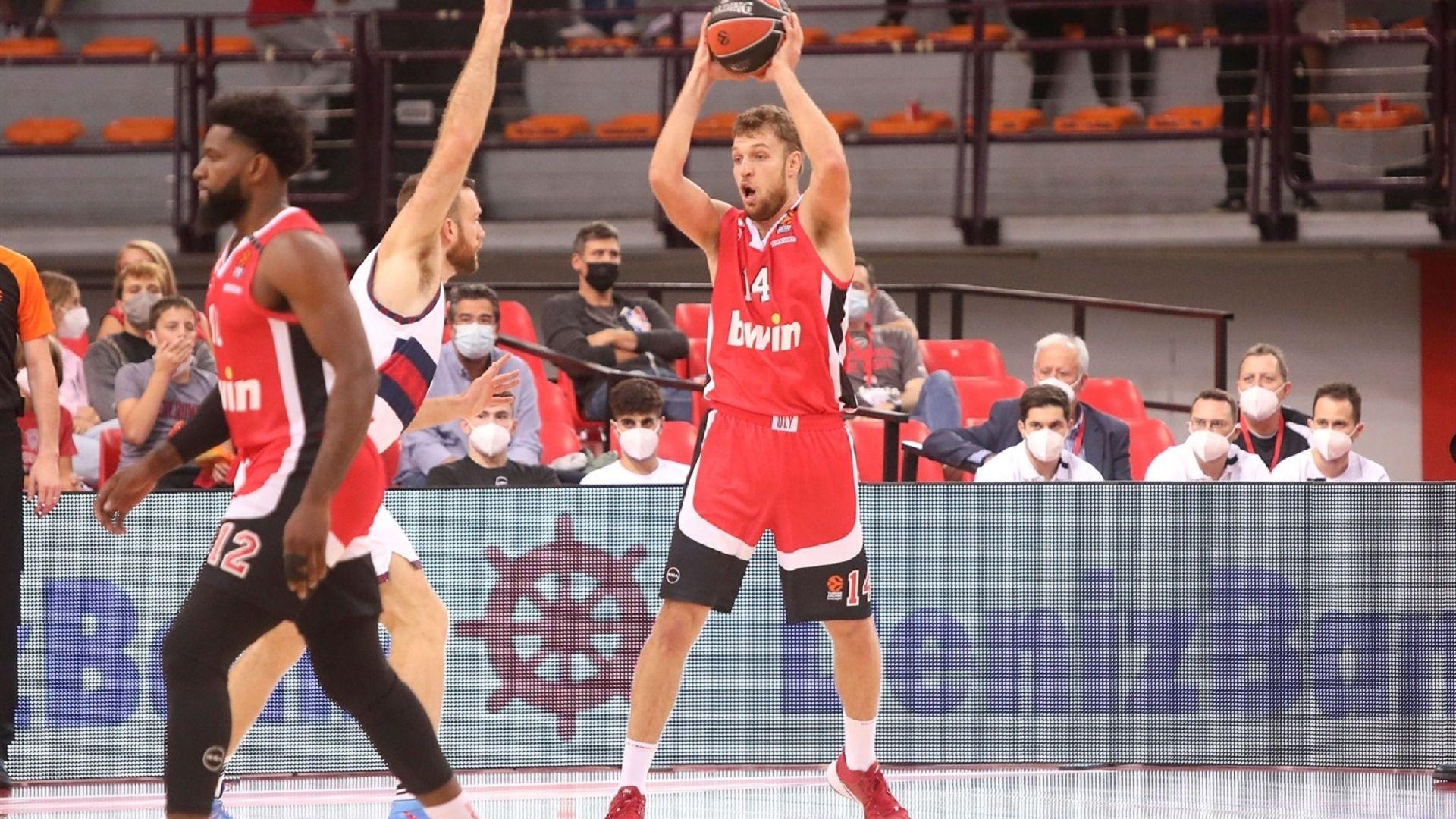 Везенков и Олимпиакос с летящ старт на сезона в Евролигата