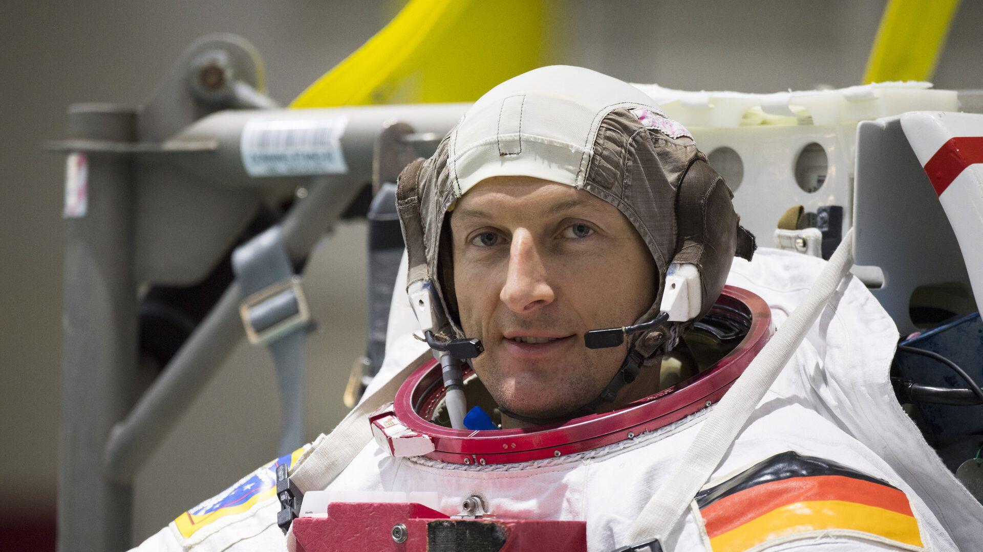 """Европейският астронавт Матиас Маурер изпробва новия скафандър на """"Спейс Екс"""""""