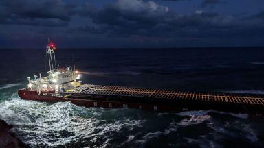 """Край на сагата с """"Вера Су"""": Изтеглиха кораба от скалите край Камен бряг"""