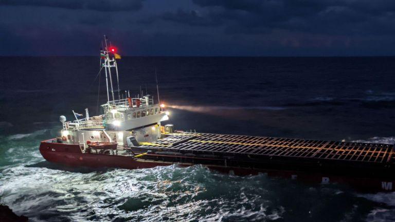 """На всеки час ще взимат проби от водата около заседналия кораб """"Vera su"""" (снимки)"""