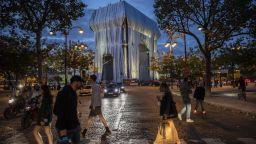 Стотици хора се събраха под проливен дъжд в Париж, за да видят за последно Опакованата Триумфална арка