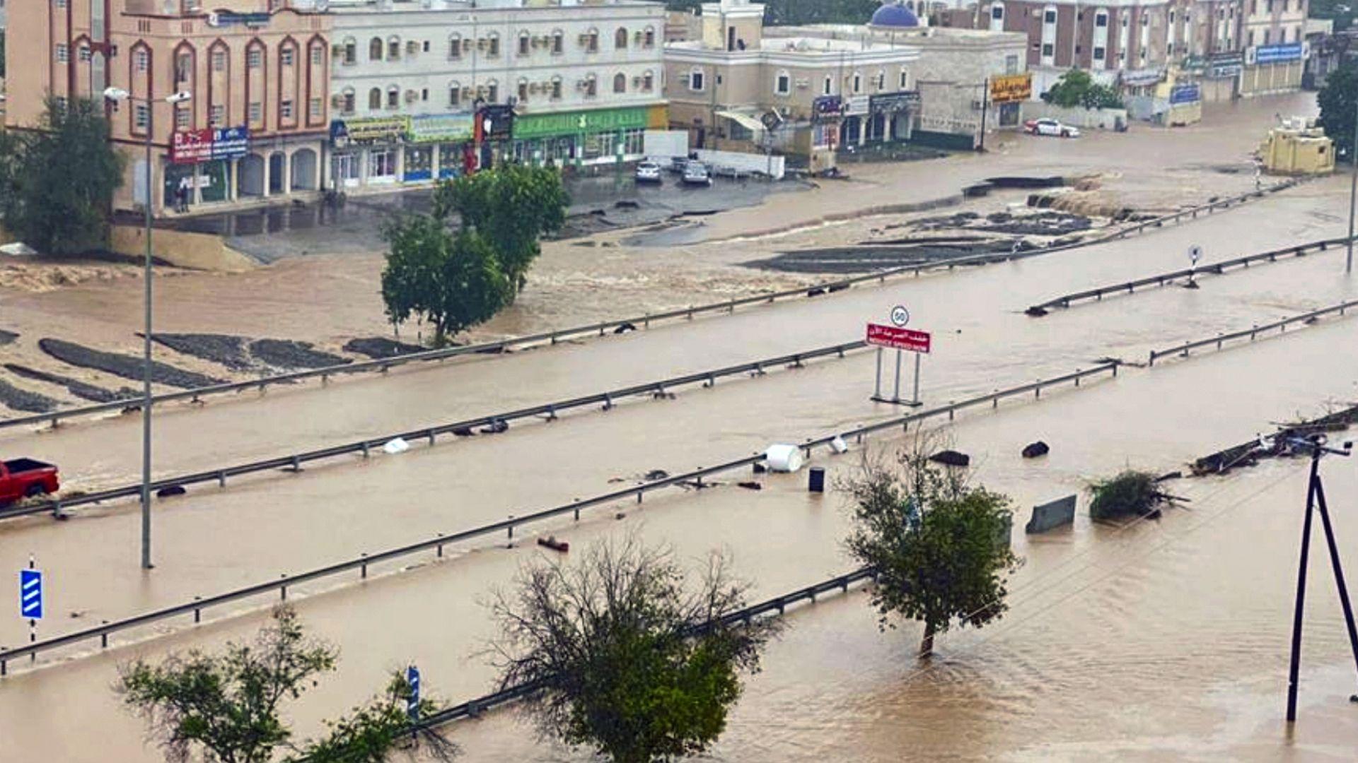 Поне 10 загинали в Оман по време на тропическата буря Шахин