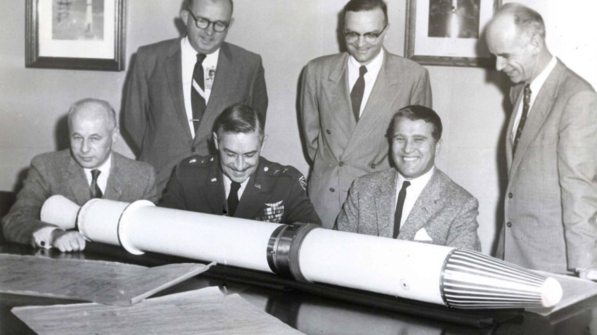 """Вернер фон Браун с първия американски сателит """"Експлорър I"""""""
