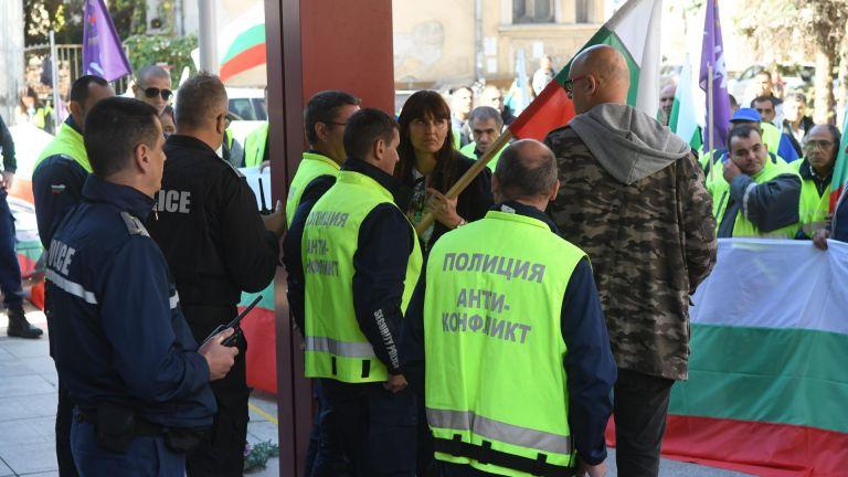 Пътни строители щурмуваха регионалното министерство, полицията ги спря