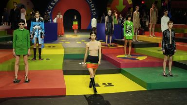 Dior вкарва минижупа обратно в играта