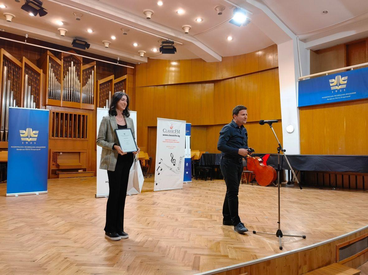 Проф. д-р. Цветан Недялков при връчването на трета награда, спечелена от Ния Керанова