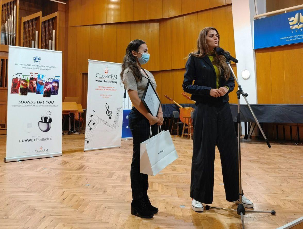 Михаела Филева с ностелката на втора награда – Елица Георгиева