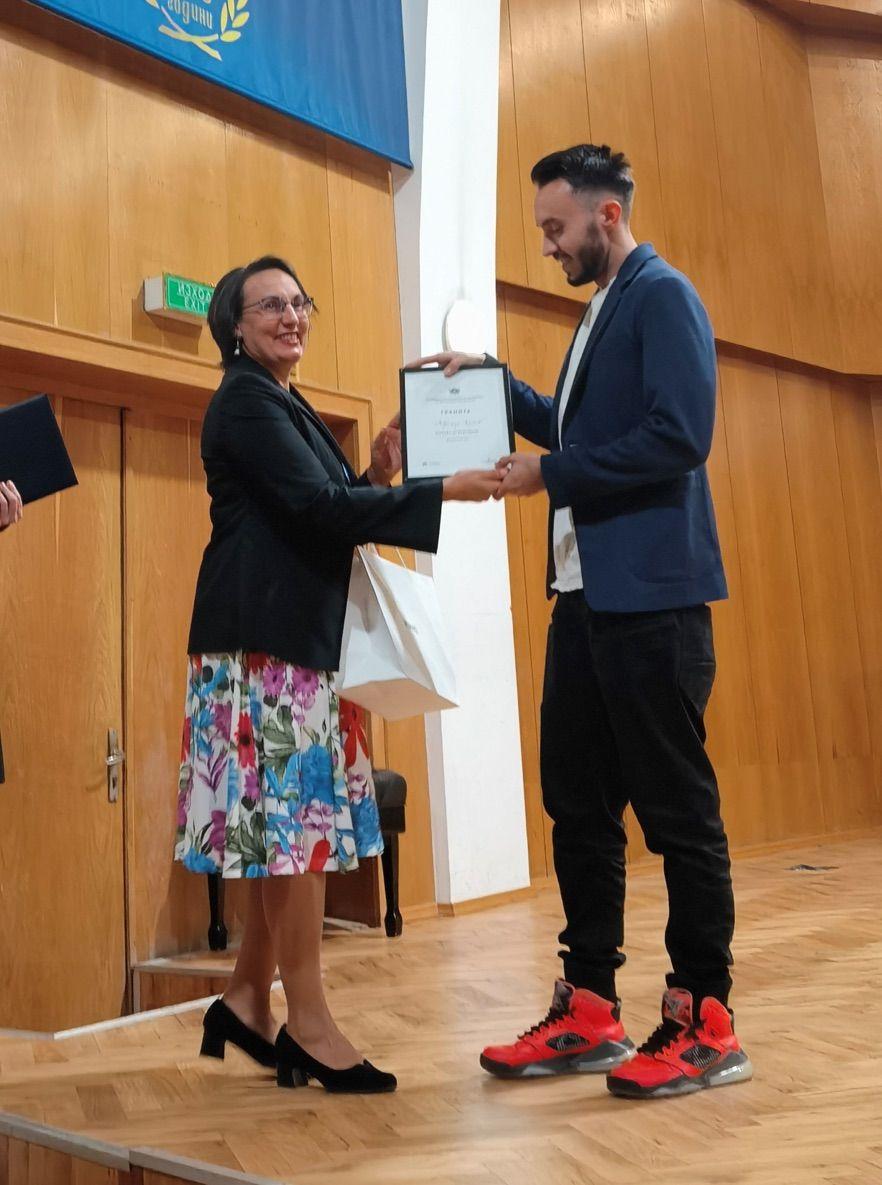 Радостина Узунова връчва Наградата на публиката на Добромир Кисьов