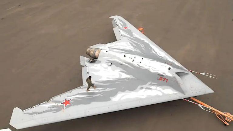 """Нови кадри на тайния руски боен стелт дрон С-70 """"Охотник"""""""