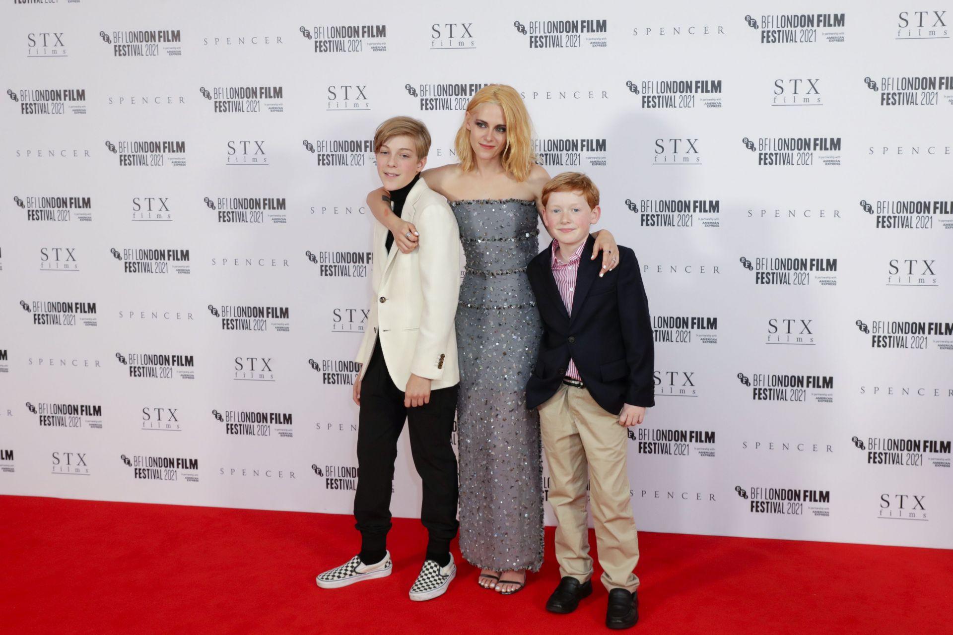 Кристен Стюарт с екранните си синове Джаки Нилън като Уилям и Фреди Спри като Хари