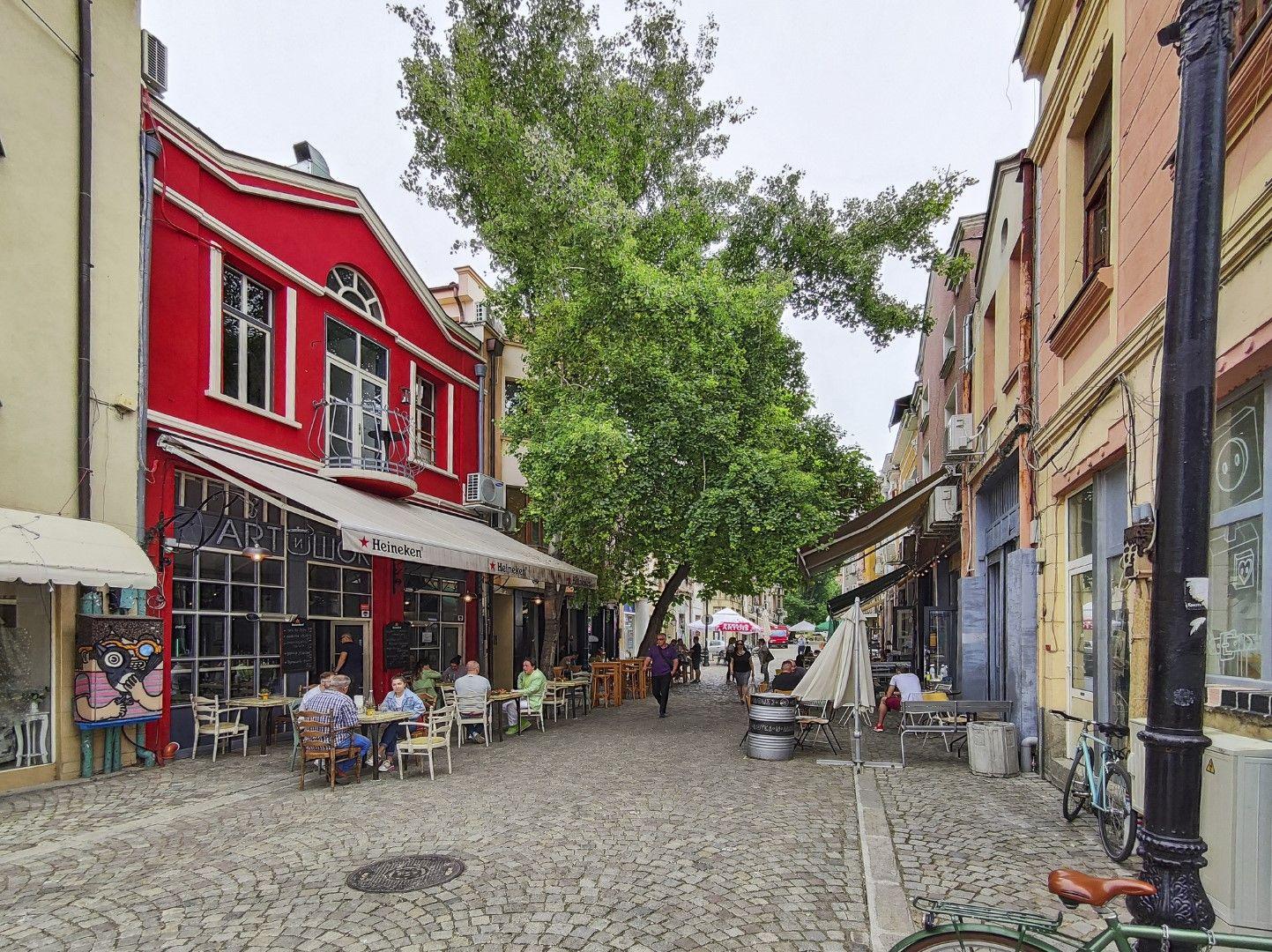 В Капана в Пловдив винаги цари оживление, а масите на открито са пълни дори и в хладни дни