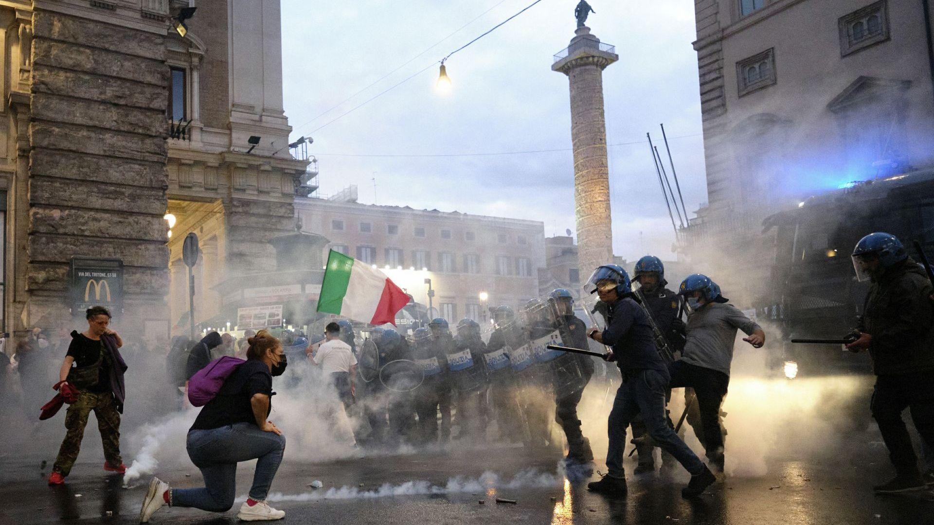 Рим се вдигна срещу здравните паспорти, полицията използва водни струи