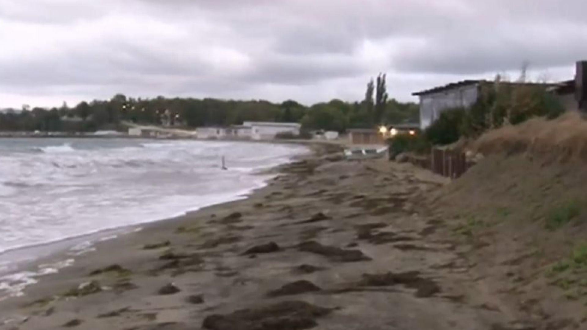 """Бурното море унищожи плажа в Крайморие, """"изяде"""" 18 метра от брега"""