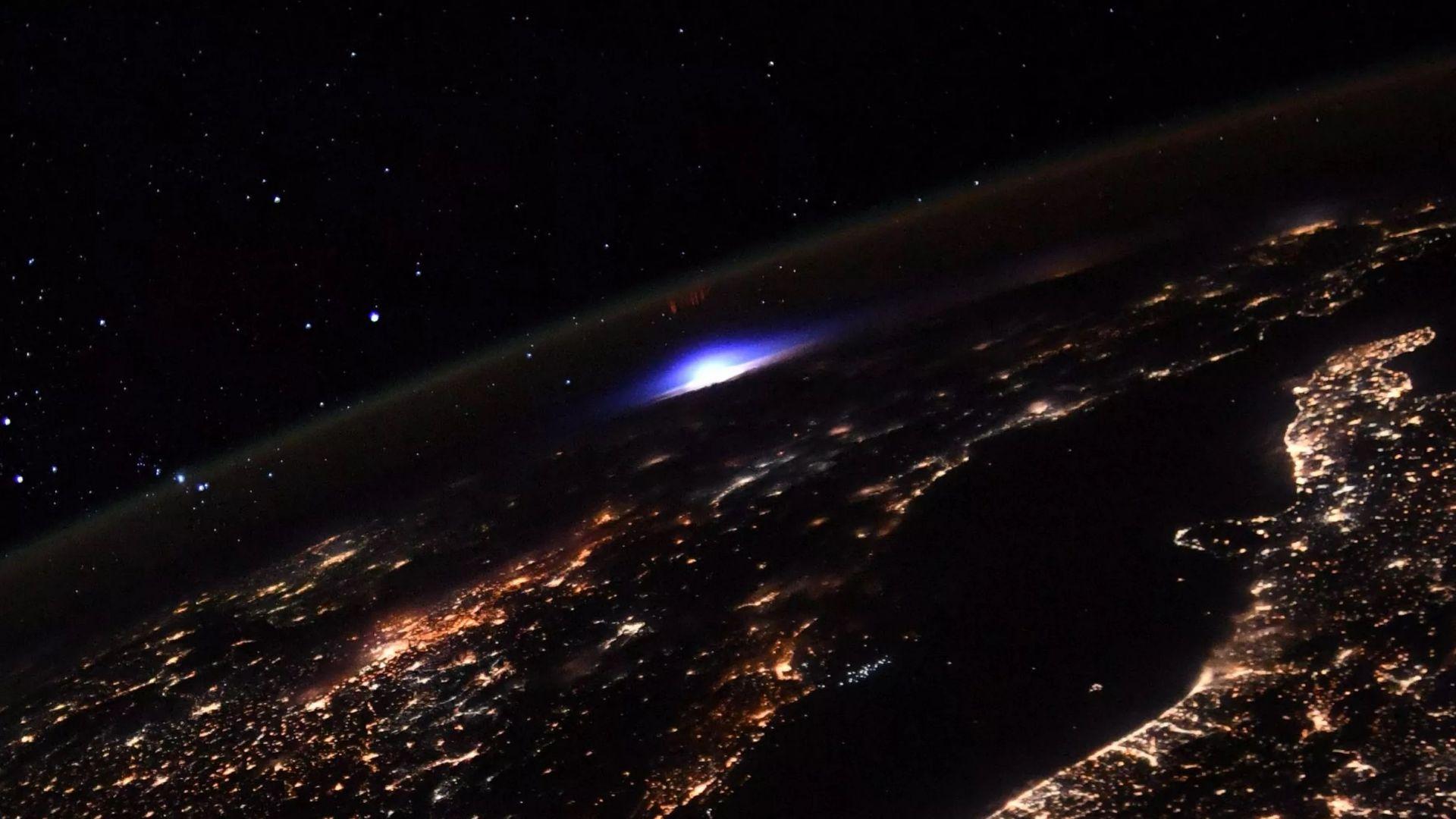 """Заснеха """"странна"""" синя светлина над Земята"""