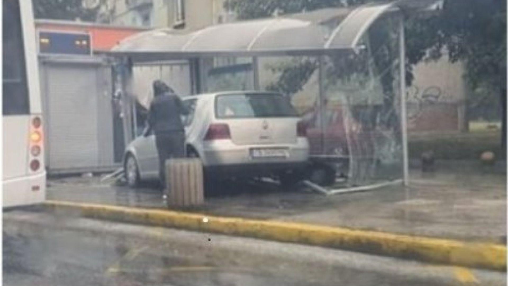 Кола се вряза в автобусна спирка в Пловдив