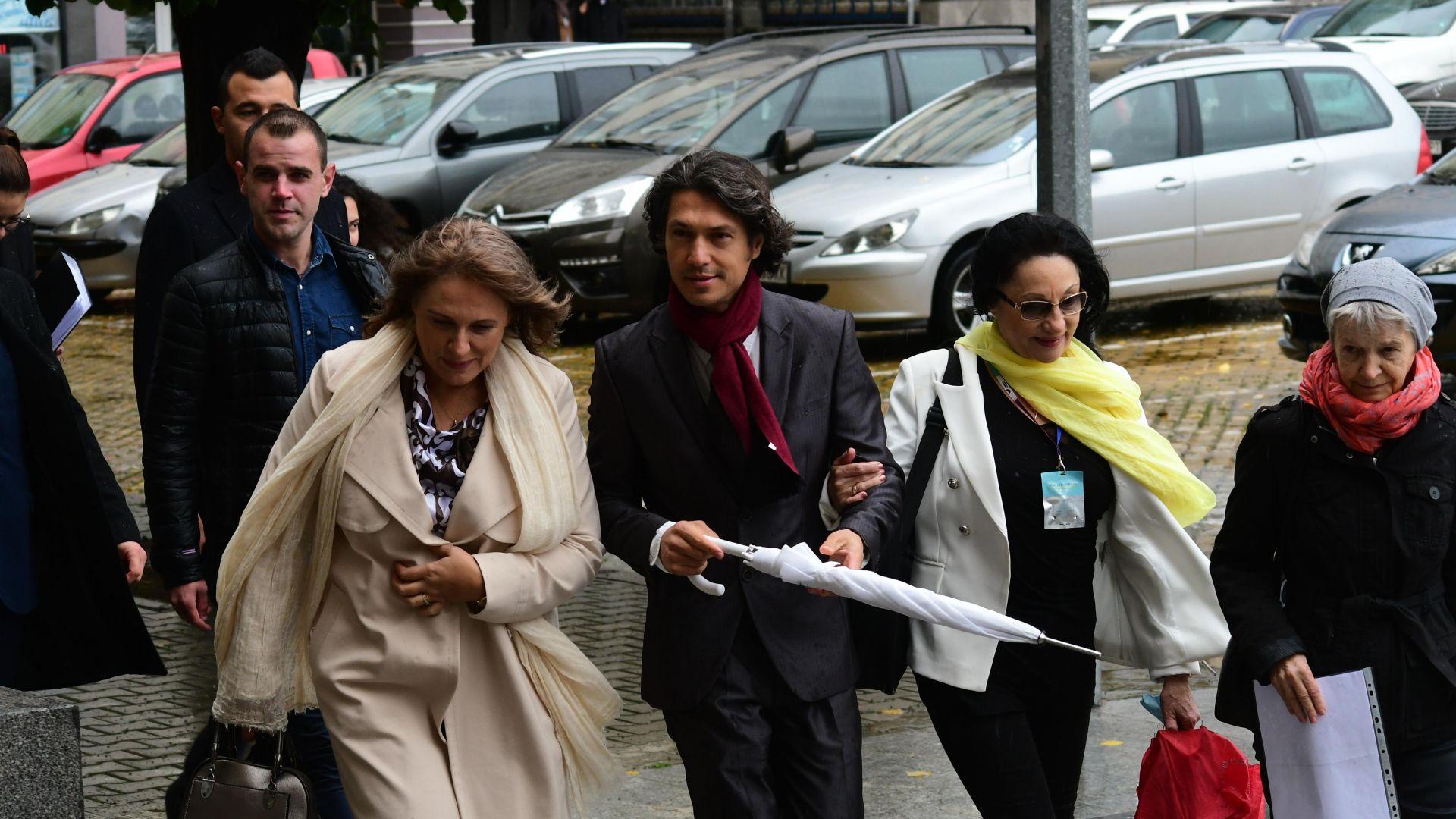 Инициативен комитет внесе документите на Румен Радев в ЦИК (снимки)