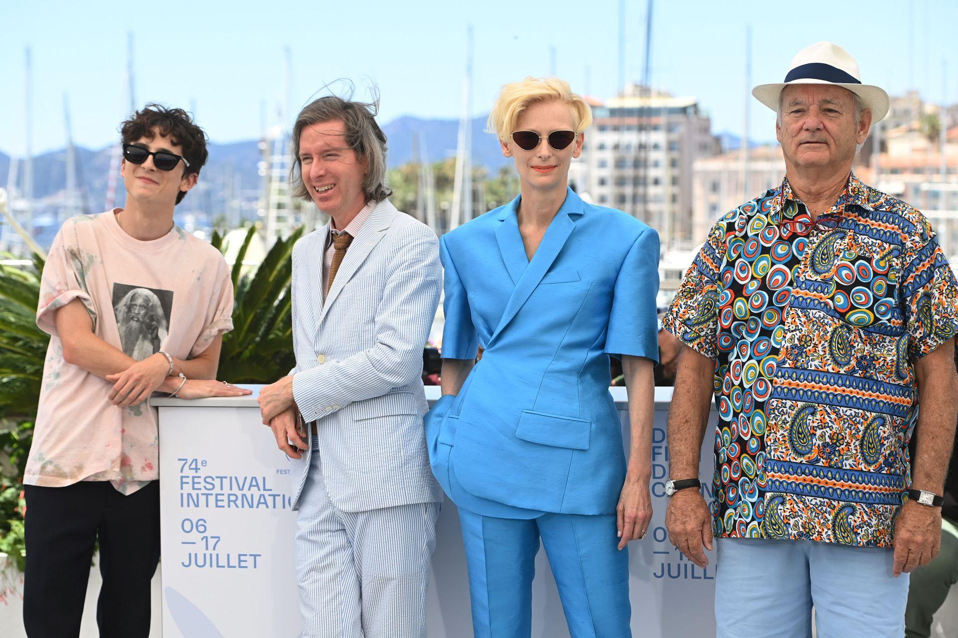 """С колегите си от """"The French Dispatch"""", режисьора Уес Андерсън и актьорите Тилда Суинтън и Бил Мъри в Кан. Тези дни филмът има прожекция и на Лондонския кино фестивал"""