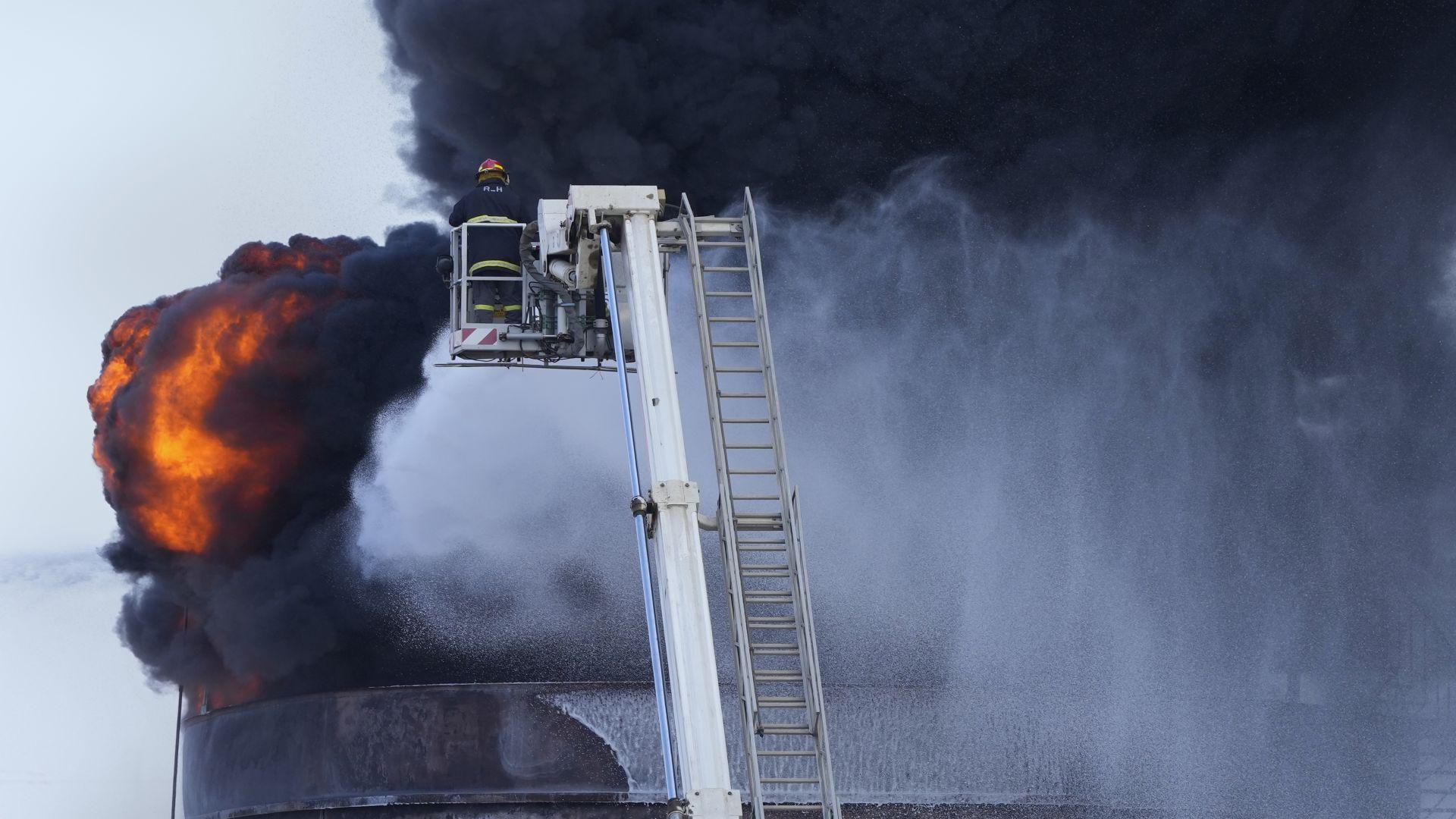 Огромен пожар избухна в нефтени складове в Ливан (снимки и видео)