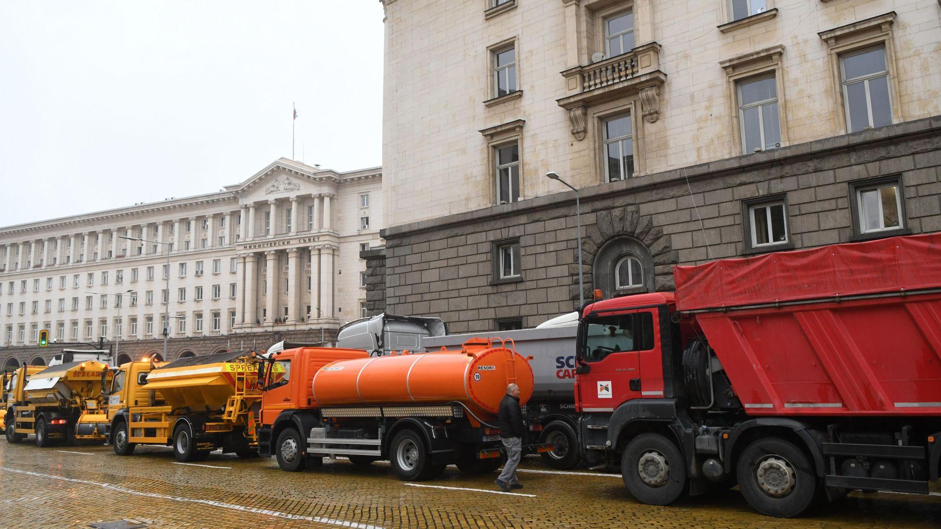 Нова блокада на София: Тежката техника на строителите спря трафика в центъра (снимки)
