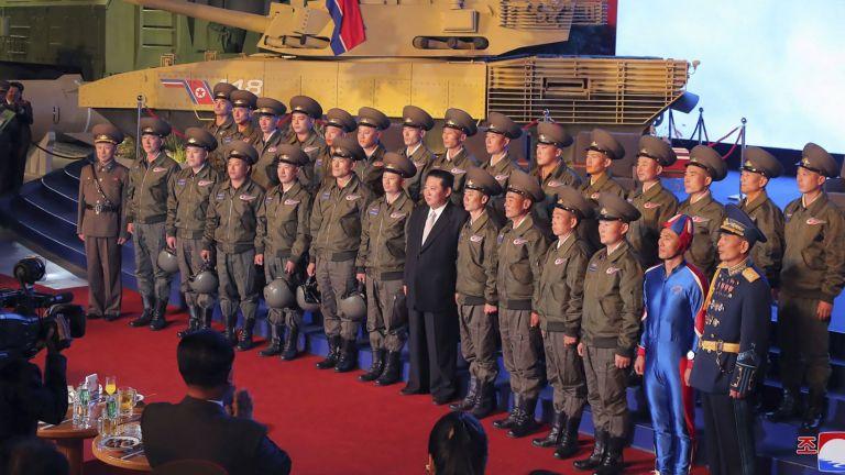 """Ким Чен-ун на оръжейно изложение: Ще създадем """"неуязвима армия"""" (снимки)"""