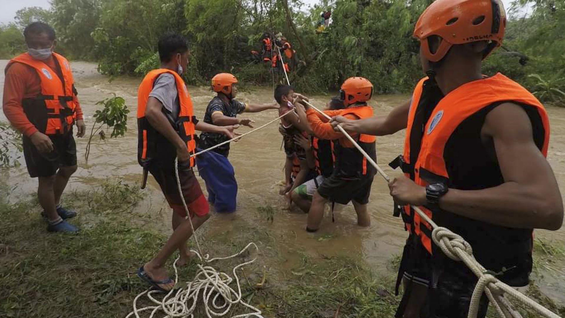 Смъртоносен тайфун удари Филипините, насочи се към Хонг Конг