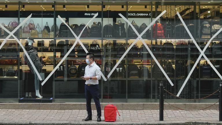 Хонг Конг в очакване на тайфуна, търговци взимат мерки в защита на витрините си