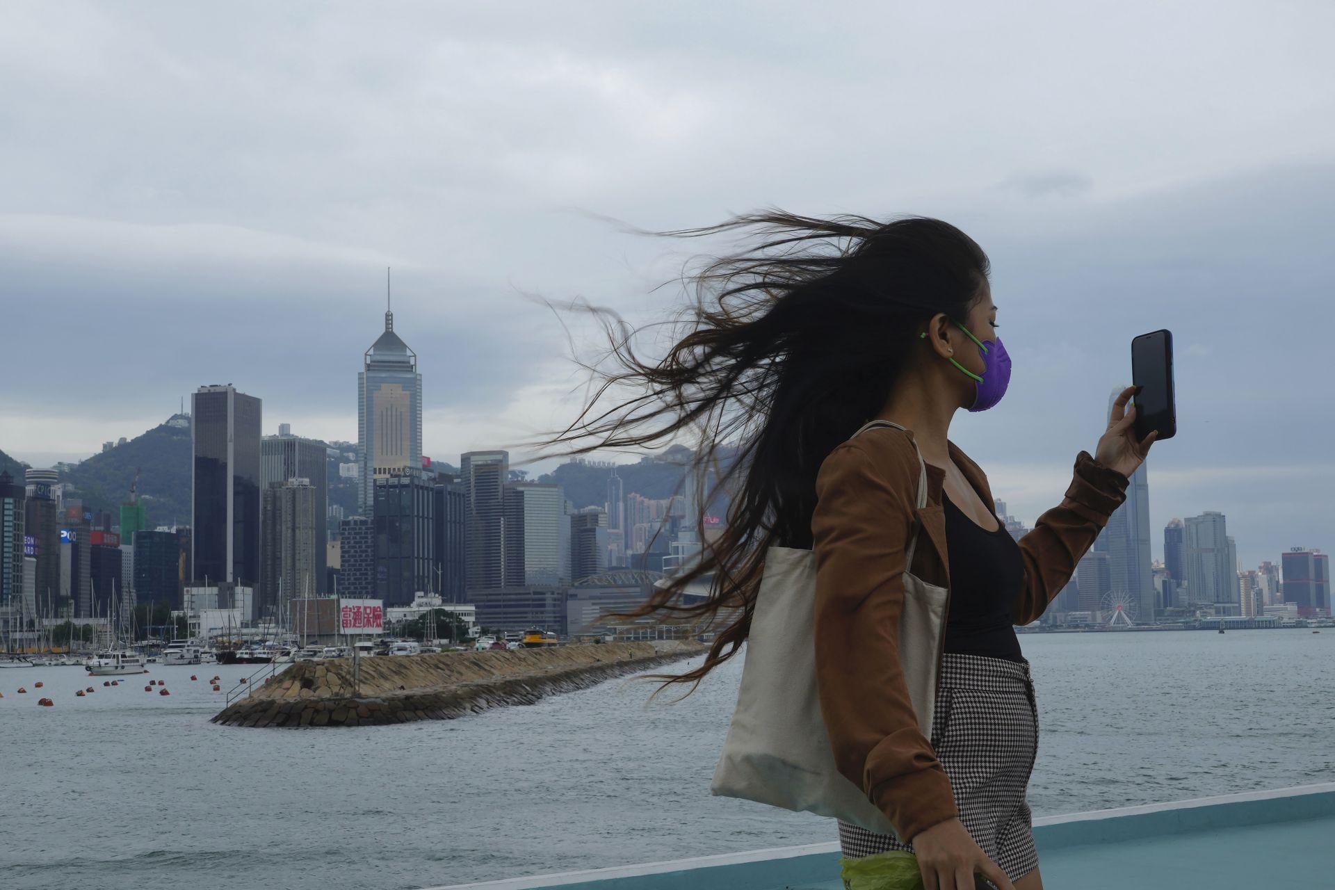 Тропическата буря Компасу вече се насочи към Хонг Конг