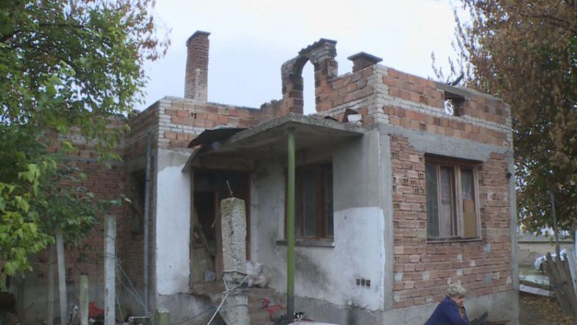 Незрящи сестри бедстват, след като къщата им изгоря от съседски фойерверки