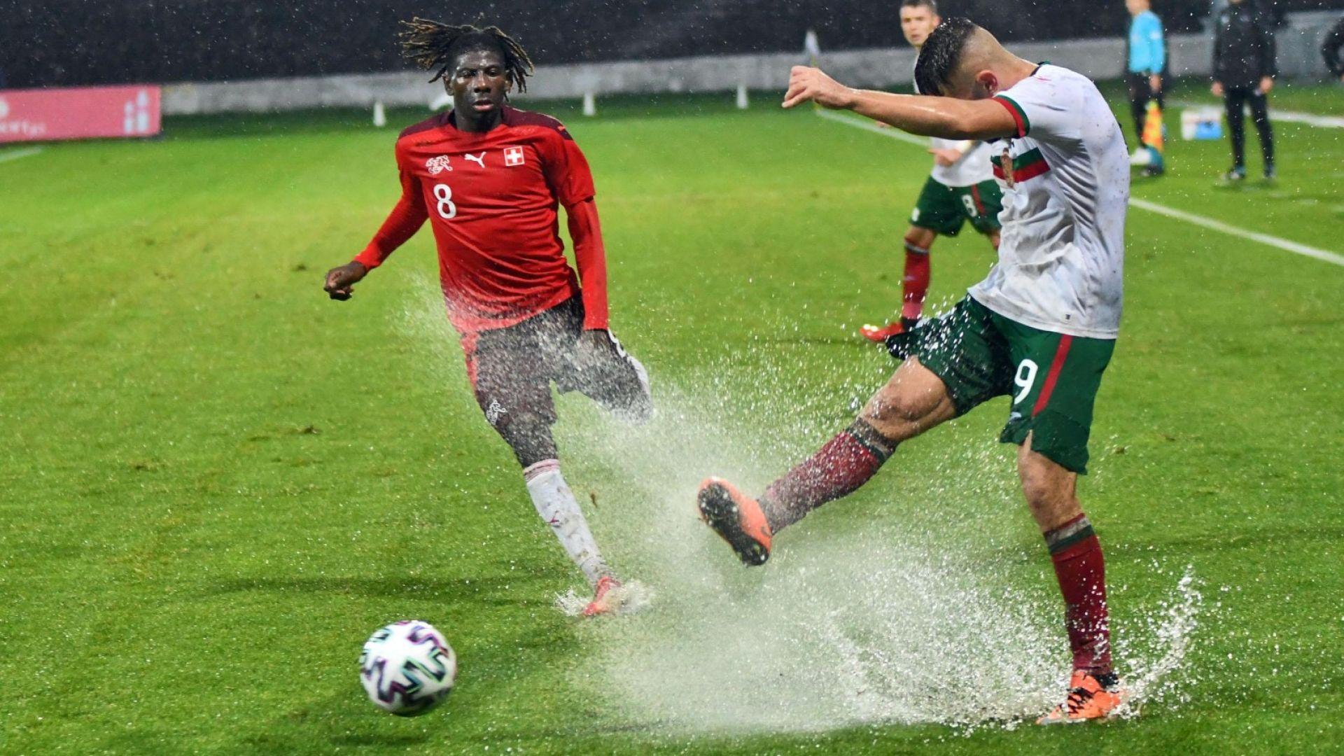 Младежите загубиха от силен швейцарски отбор върху подобие на футболен терен