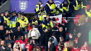 Перфектна Дания е на Мондиала, хулигани помрачиха мачовете в Лондон и Тирана