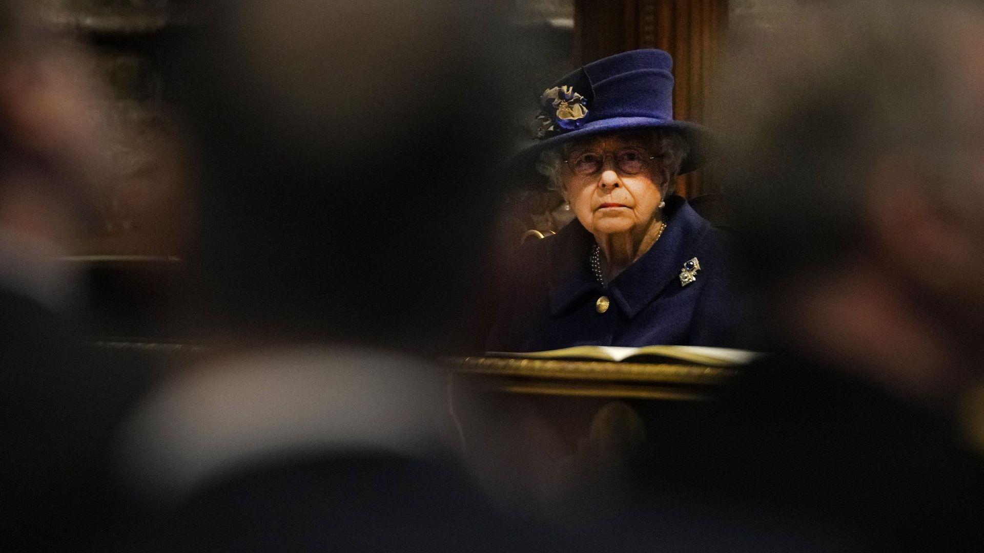 Кралица Елизабет се появи с бастун на обществено място (снимка)